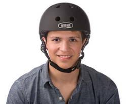 Mand med nutcase cykelhjelm